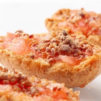 Receta de Pan con tomate y Confeti de Jamón en grano.